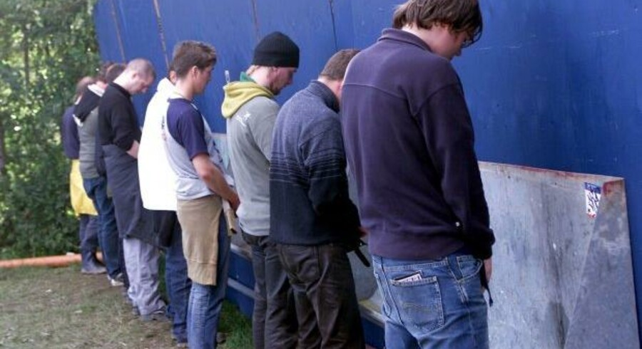 SF kommer med nyt forslag. Nu skal kvinderne i København tisse stående. Pissoir på Roskilde Festival 2002.