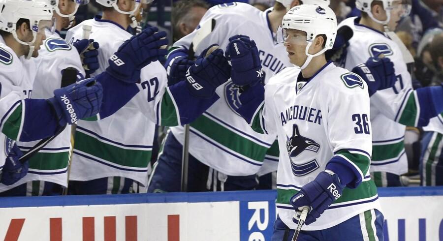 Jannik Hansen (th.) i nummer 36 lykønskes af holdkammeraterne efter sit flotte scoring til 1-0 i den nye NHL-sæson.