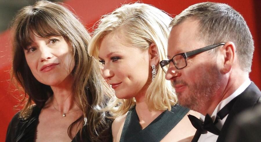 Lars von Trier har sammen med skuespillerne fra »Melancholia« gode chancer for at høste filmpriser ved aftenens Bodil-uddeling. Her ses han med Charlotte Gainsbourg (t.v.) og Kirsten Dunst ved Cannes Film Festival sidste sommer.