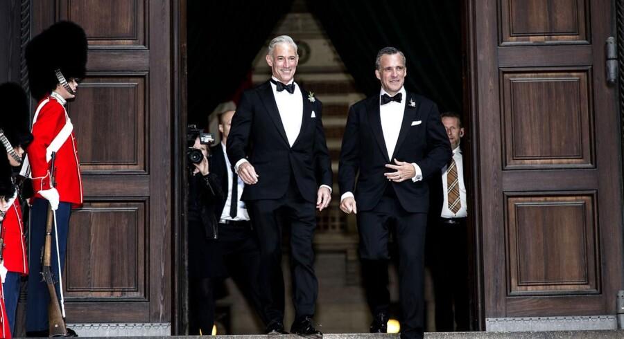 Rufus Gifford er lørdag blevet gift med sin partner Stephen DeVincent på Københavns RådhusRufus Gifford er ingen hr-hvem-som-helst. Og vielsen er ligeledes langt fra tilfældig.Den amerikanske diplomat er nemlig en passioneret fortaler for homoseksuelles rettigheder. Når han vælger at sige ja til sin partner, Stephen DeVincent, på dansk grund, er det samtidig et larmende signal til omverdenen.Det var på Københavns Rådhus, at verdens første mennesker af samme køn blev gift i sin tid. En mulighed, der har haft stor symbolsk betydning for sagen verden rundt, siger Rufus Gifford i dag til Information.»Jeg bliver helt vildt rørt over den kendsgerning, at her er jeg som USA's ambassadør i kongeriget Danmark, og at jeg næste år skal giftes i mit hjem, på amerikansk territorium i København. Det var umuligt for få år siden, og nu sker det med støtte fra den amerikanske regering,« sagde Rufus Gifford sidste år til Berlingske.Nu er den store dag så oprundet.Klik videre og se flere billeder.