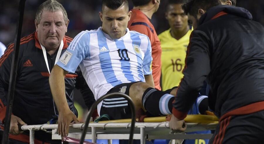 Her ses Sergio Aguero blive båret fra banen i Argentinas nederlag til Ecuador i VM-kvalifikationen i fredags. Hans eget bud er, at det vil give ham syv kampes pause i Manchester City.