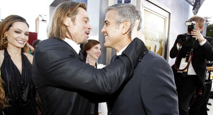 Brad Pitt og George Clooney krammer hinanden - her til den seneste Screen Actors Guild Awards i Los Angeles 29. januar 2012.
