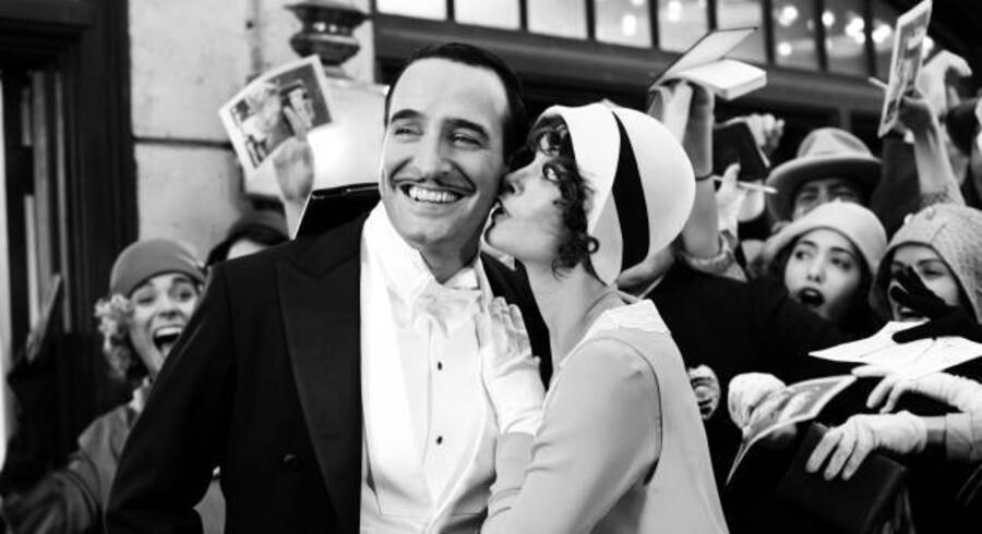 Den franske stumfilm »The Artist« har taget filmanmeldere med storm verden over, hvilket har udløst topscore i anmelder-stjerner. Her viser vi nogle scener fra filmen, som anmelderne dåner over.