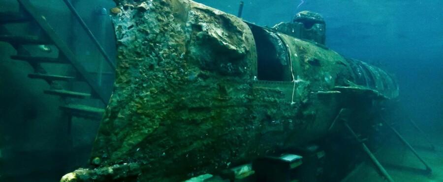 De otte mænd sejlede ud en kold februaraften i 1864 og ind i historien, og i dag befinder deres ubåd sig i en 350.000 liter stor og specialbygget vandtank i Charleston i USA. Ubåden ligger i vand for at undgå ilttæring, og den bliver betragtet som en af de største historiske klenodier i South Carolina og kan beses i weekenderne.