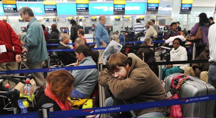 Tusinder af passagerer har overnattet i Heathrow Airport i London, mens andre tusinder har oplevet forsinkelser eller aflysninger på grund af snevejr.