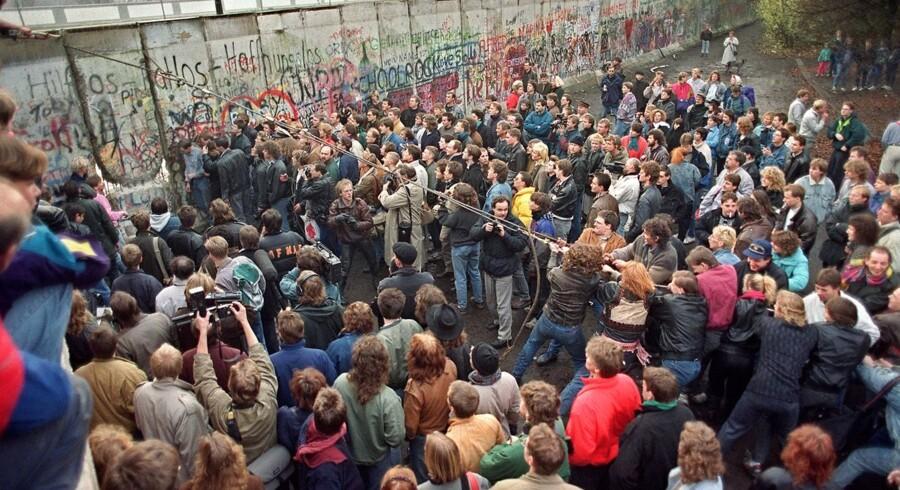 Fra murens fald, til den tyske genforening og nedbrydningen af markante vartegn. Se billederne fra de første 25 år af den tyske genforening, der fejres lørdag.1989 - 11. november: Begyndelsen på genforeningen. Vestberlinere ser på, mens andre er ved at nedbryde den forhadte mur mellem Øst- og Vestberlin, Her er det i nærheden af Potsdamer Platz.