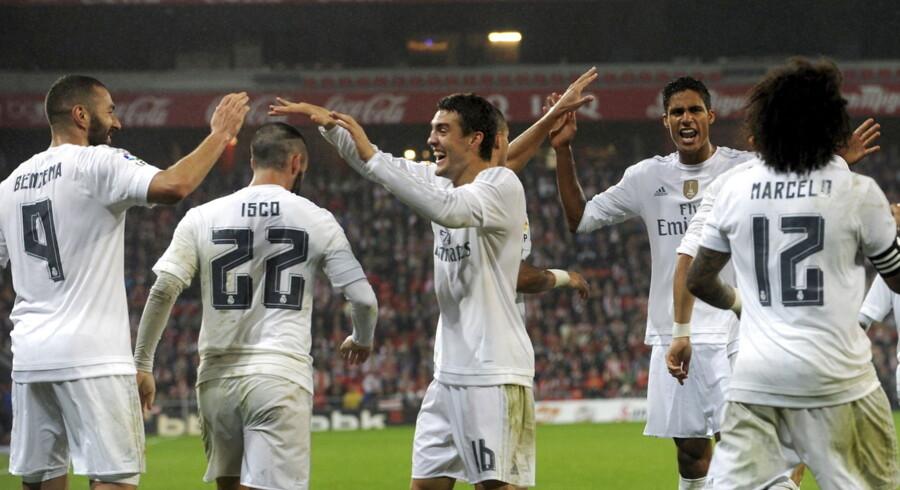 Karim Benzema scorede begge Real Madrids mål, da holdet vandt 2-1 ude over Athletic Bilbao og strøg til tops i Primera Division.