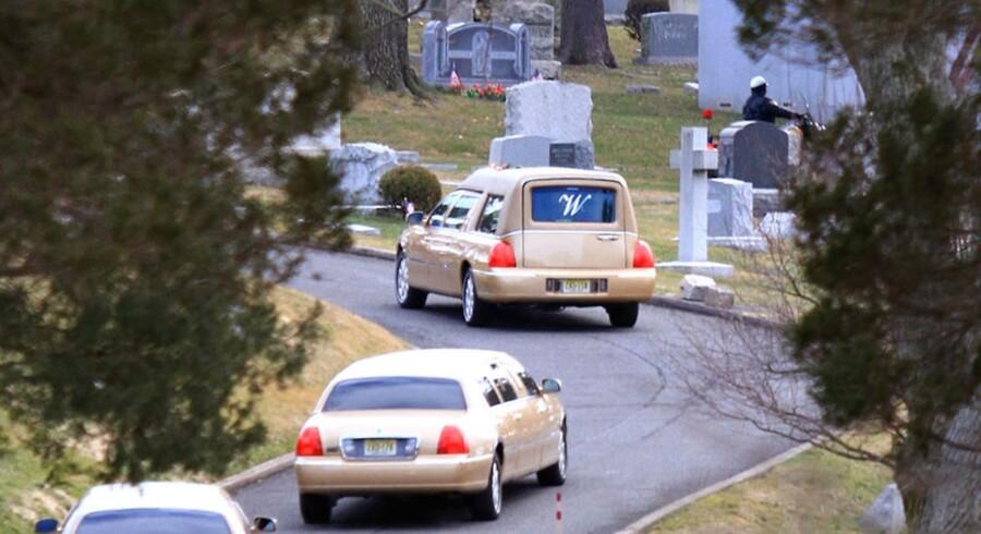Ligvognen med Whitney Houston på vej til gravstedet.