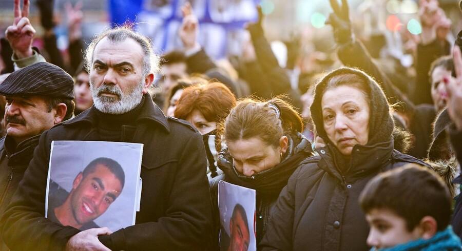 21-årige Cem Aydin blev brutalt slået og sparket ihjel af 8-10 gerningsmænd, som stadig er på fri fod. På billedet Cems far og mor.