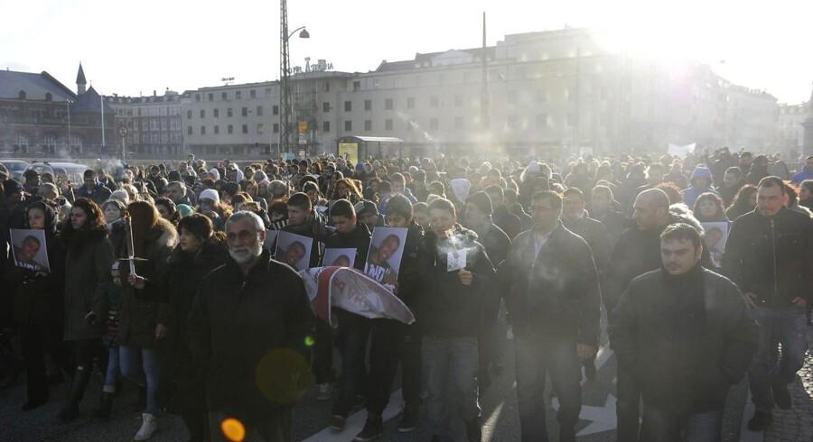 Tusinder er mødt op på Vesterbros Torv for at demonstrere for fred efter Cem Aydin blev tæsket ihjel på åben gade på Frederiksberg.