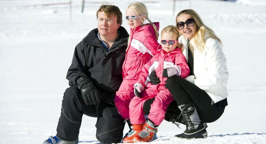 Den hollandske prins Friso fotograferet med sin familie - døtrene Luana og Zaria og konen Betinna - under en skiferie i Østrig i 2011.