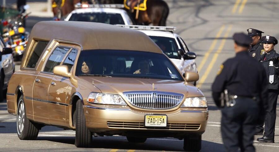 Ligvognen med Whitney Houston på vej til kirken.