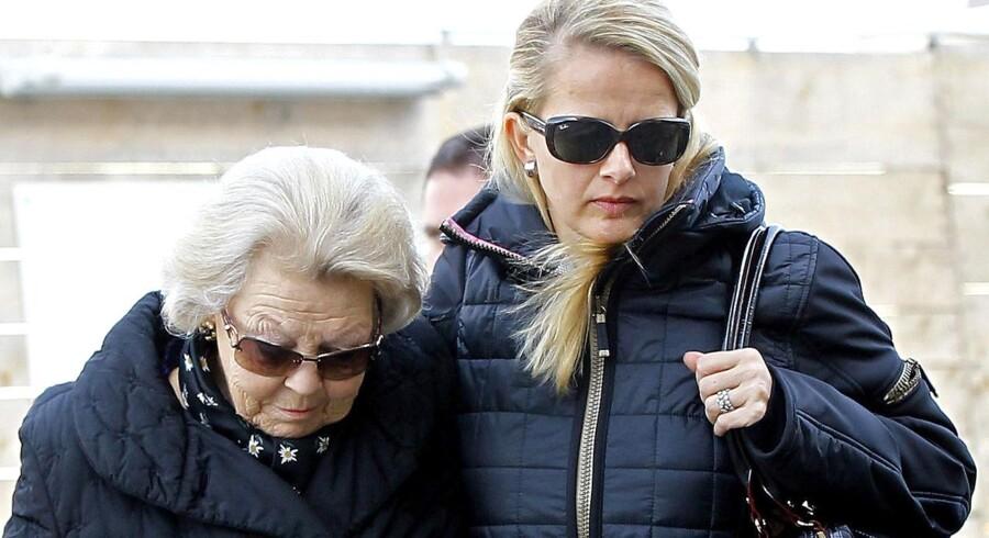 Dronning Beatrix og Johan Frisos kone, Mabel, besøger prinsen, der kom slemt til skade under en skiulykke fredag.