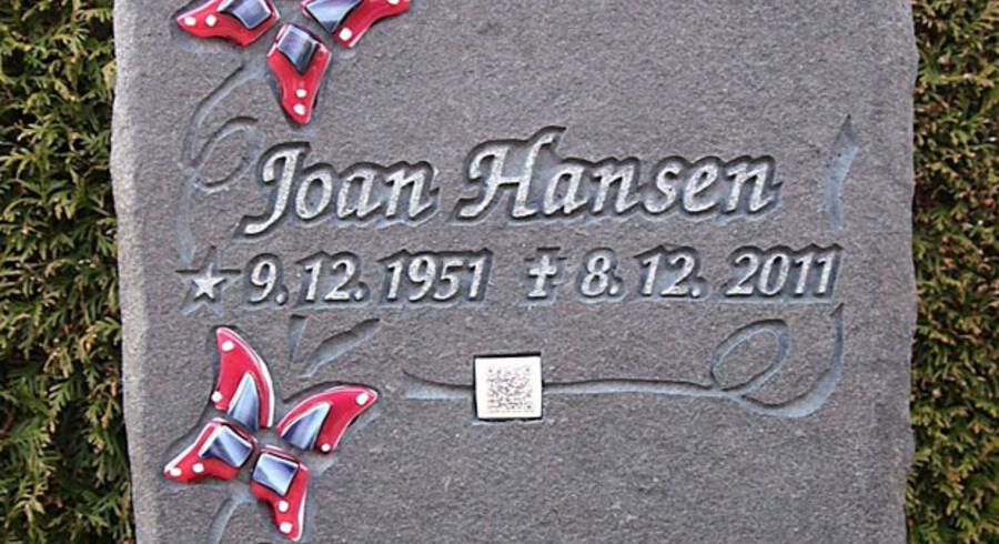 Joan Hansens gravsten pyntet med sommerfugle og QR-koden placeret midt på stenen.