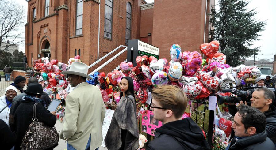 Kort efter Whitney Houstons død samlede fans sig foran New Hope Baptist Church i New Jersey, hvor souldivaen sang som barn og skal begraves fra lørdag kl. 18 dansk tid. I dag har politiet spærret gaderne omkring kirken.