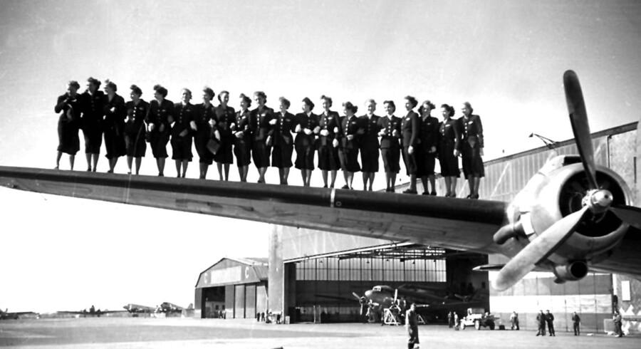 1949:Ny uddannede stewardesser fra SAS vises frem til den nyåbnede rute til Bangkok