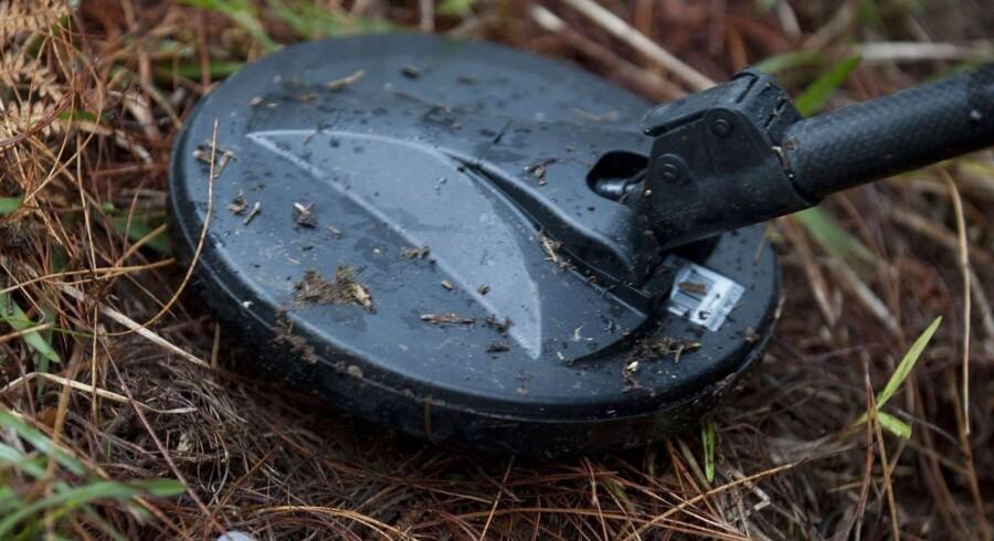 Arkivfoto. En landminejæger søger efter gemte miner med en metaldetektor. AFP PHOTO/Raul ARBOLEDA
