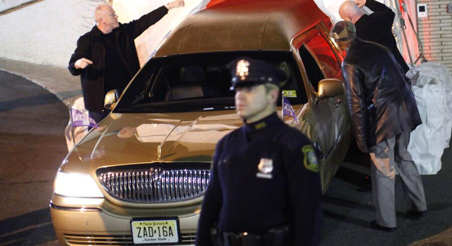 En ligvogn, der menes at fragte liget af Whitney Houston, ankommer til bedemanden i Newark, New Jersey 13. februar.