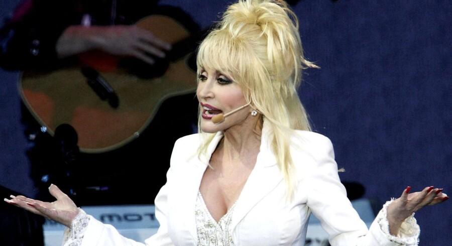 Dolly Parton smiler igennem tårer. Whitney Houstons død betyder ny to-cifret millionindtægt for countrydivaen. Det var nemlig Dolly, der skrev Whitneys største hit 'I Will Always Love You', som efter Whitneys død er blevet downloadet et utal af gange.