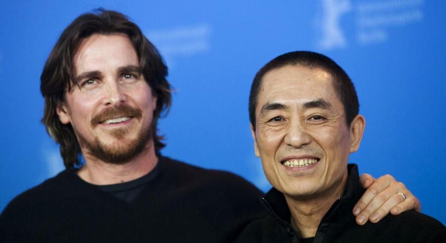 """Den britiske skuespiller Christian Bale poserer her med den kinesiske instruktør Zhang Yimou, der står bag filmen """"The Flowers of War""""."""