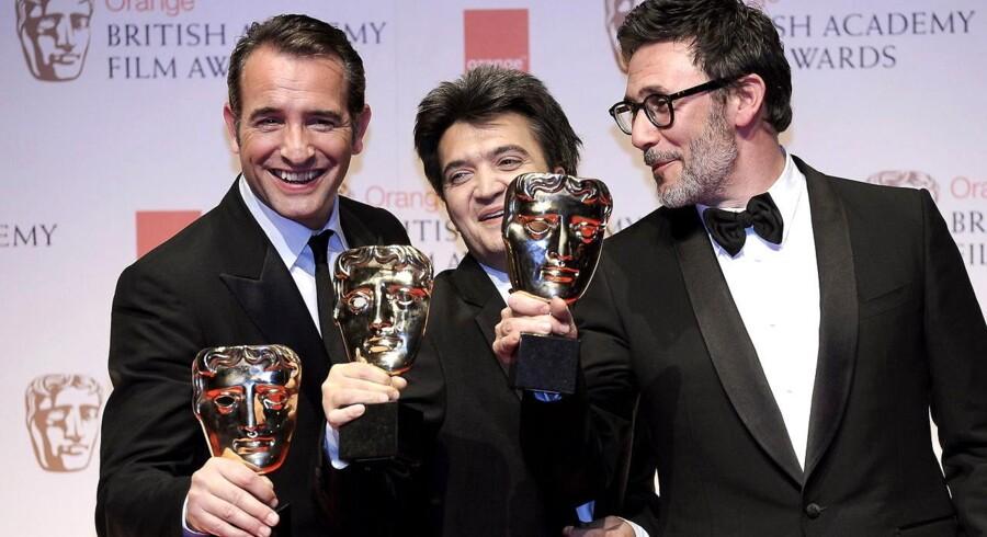 Skuespilleren Jean Dujardin (tv), produceren Thomas Langmann (i midten) and og instruktøren Michel Hazanavicius (th), alle franskmænd og alle involveret i filmen 'The Artist', poserer med deres BAFTA-priser søndag aften i London.