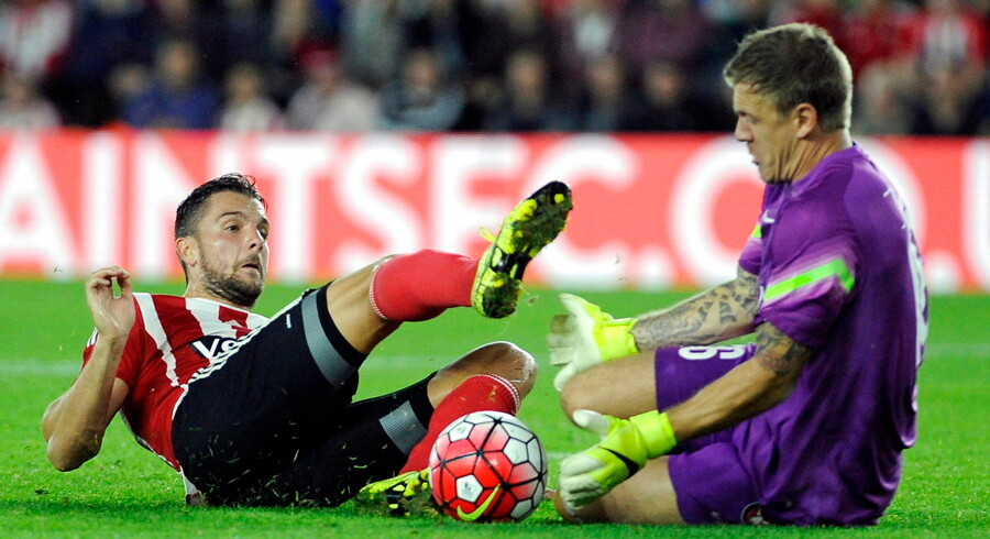 epa04890742 Southampton's Jay Rodriguez vies for the ball with FC Midtjylland goalkeeper Johan Dahlin (R) during the UEFA Europa league playoff match between Southampton and FC Midtjylland at St. Mary's stadium in Southampton, Britain, 20 August 2015. EPA/GERRY PENNY