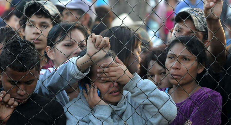 Pårørende til fangerne venter på nyheder uden for fængslet.