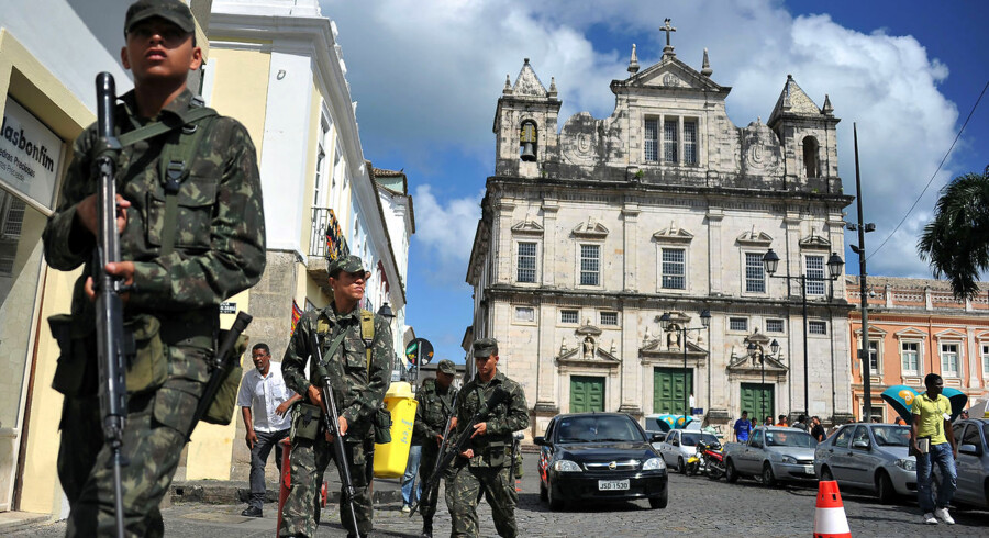Brasilianske soldater patruljerer i Salvadors historiske centrum efter at delstaten Bahias politistyrke har indledt en strejke på grund af dårlige løn- og arbejdsforhold.