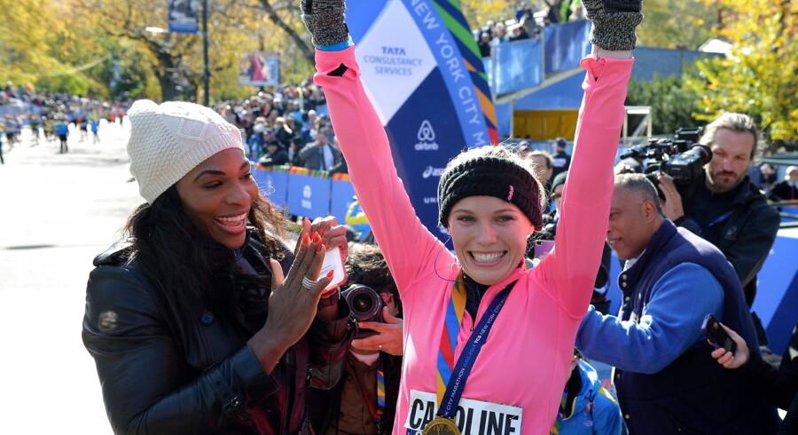 Sidste år løb Caroline Wozniacki New York City Marathon og blev klappet i mål af Serena Williams (tv).