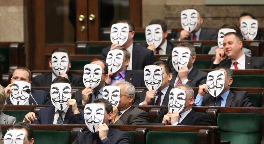 Polske politikere viser deres utilfredshed med ACTA-aftalen ved at holde masker foran deres ansigter.