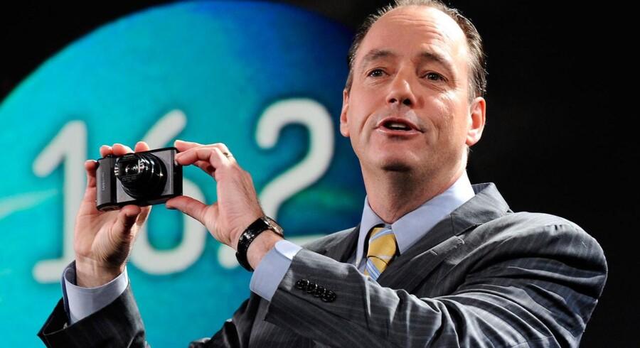 CES i Las Vegas - Samsungs direktør for forbrugerelektronik, Tim Baxter, præsenterer et 16-megapixel WB850F kamera.