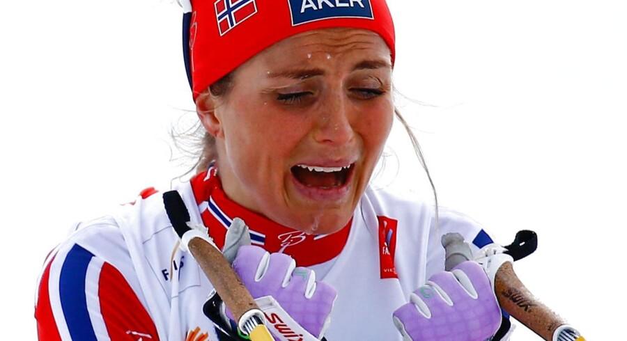 Av, mine hænder: Therese Johaug har det uden tvivl bedst med ski under fødderne. To gange er hun faldet under løbeture - uden ski.