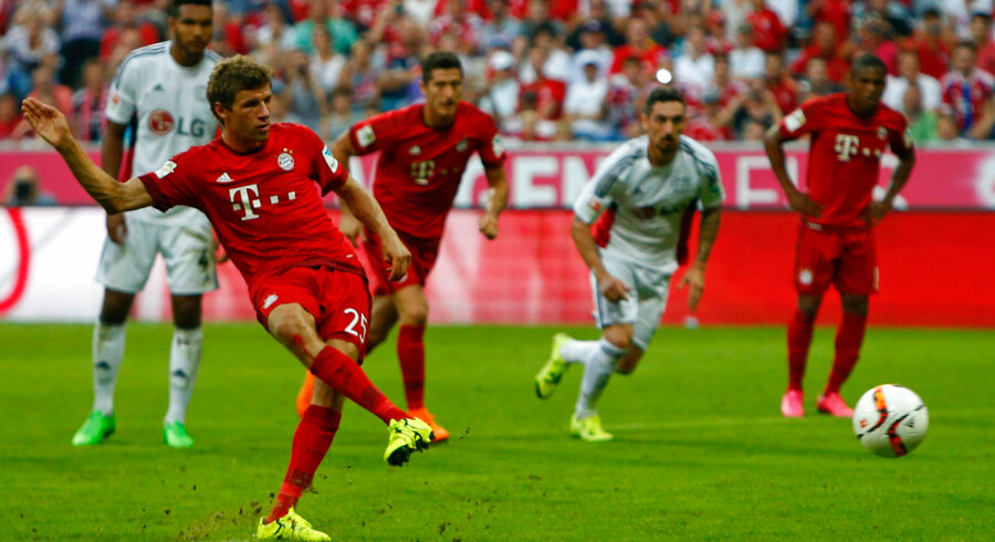Thomas Müller scorer her på straffespark i Bayern München sejr over Bayer Leverkusen.
