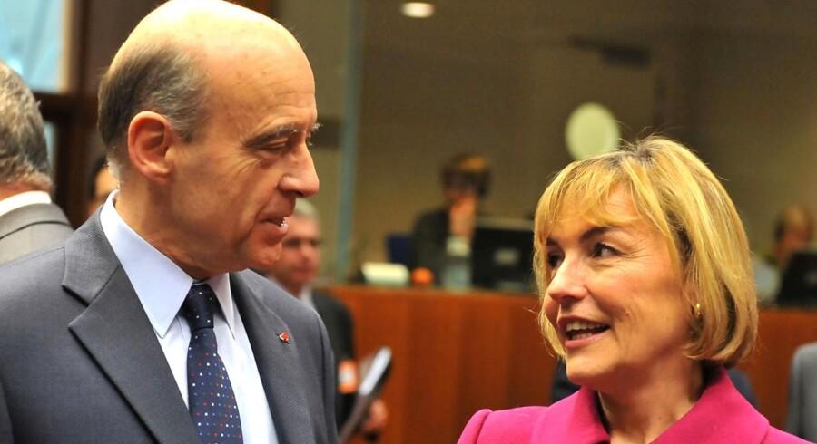 Frankrigs udenrigsminister Alain Juppe taler med sin kroatiske kollega Vesna Pusic i en pause i EU's udenrigsministermøde mandag 23. januar 2012, hvor det ventes, at ministerrådet vedtager en olieembargo af Iran.