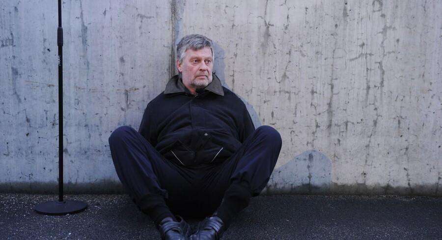 På opfordring fra TV2 sidder Venstres medlem af Folketingets retsudvalg, Karsten Nonbo, torsdag på asfalten bagbundet med strips på TV2s parkeringsplads på Teglholmen i Københavns Sydhavn.