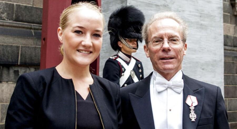 Formand for Foreningen til den Ædle Hesteavls Fremme, Nick Elsass, præsenterede vinderen af Hendes Majestæt Dronningens Ærespræmieløb, Josefin Landgren.