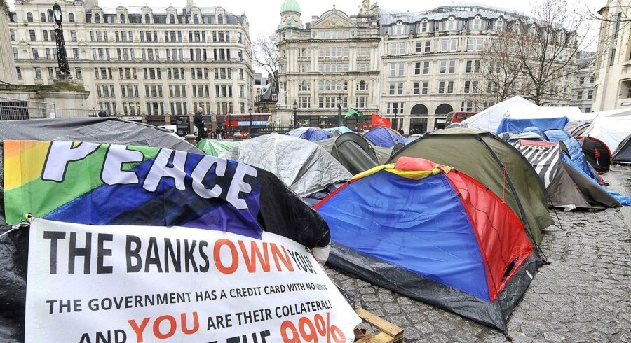 Aktivister fra Occupy London-bevægelsen har i måneder slået lejr uden for St. Pauls Katedralen i det centrale London.