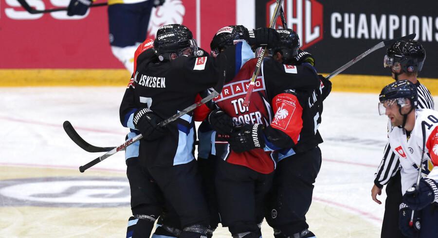 Sønderjysk jubel efter Mads Lunds 1-0 scoring, men storholdet HV 71 vandt kampen i SE Arena i Champions Hockey League med 2-1.