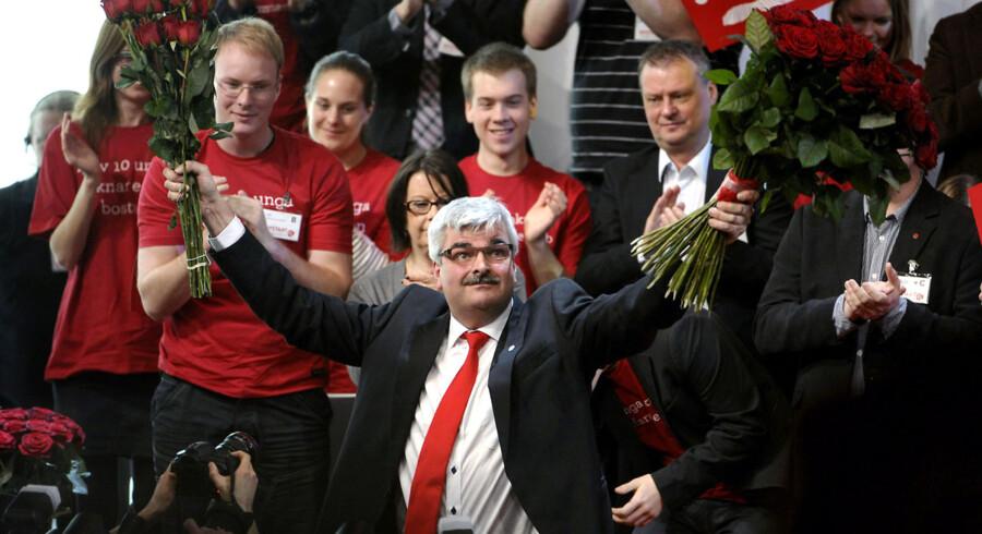 ARKIVFOTO. Hvis Håkan Johult forlader posten i dag, når han kun at have været formand i knapt et år. Her fejrer han sin første officille tale som Socialdemokraternas leder i marts.