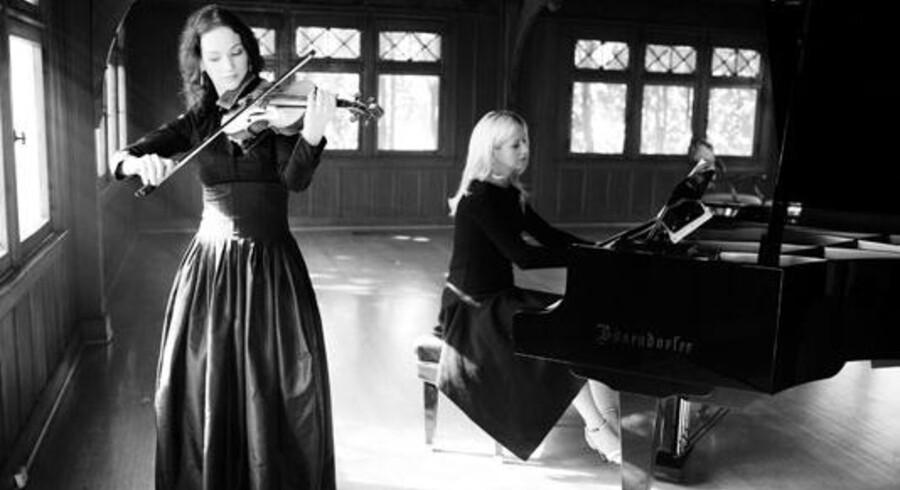 Man skal ikke tage fejl af Hilary Hans ydre. Den amerikanske violinvirtuos' spil er alt andet end dukket. Ved klaveret ukrainske Valentina Lisitsa.