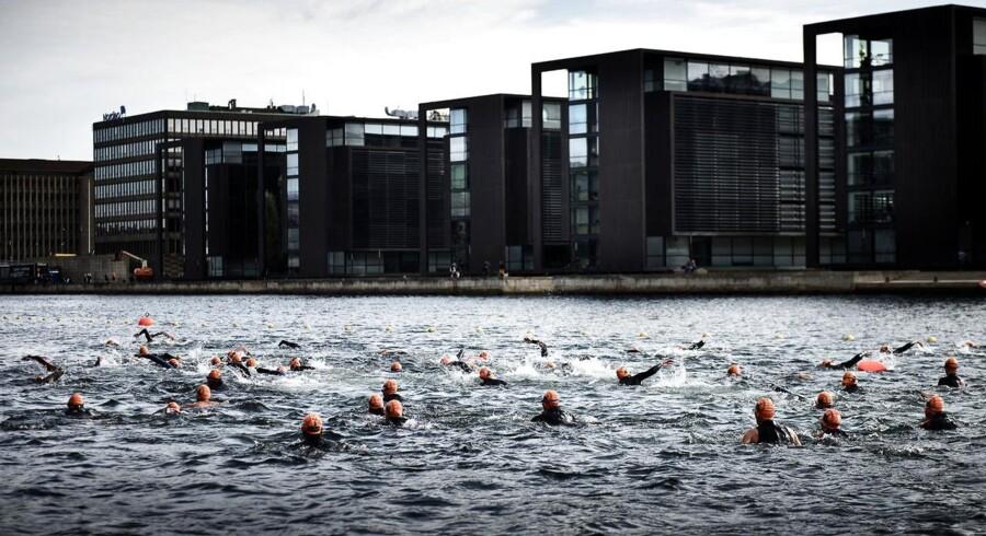 Flere end 3.000 motionister svømmede lørdag rundt om Christiansborg. Christiansborg Rundt blev arrangeret første gang i 2006 og er Danmarks største motionssvømmearrangement i åbent vand. Der svømmes en gang rundt i kanalerne omkring Christiansborg med start og slut i Frederiksholms Kanal.I år var den 10. udgave af arrangementet. Ruten rundt om Christiansborg er 2.000 m lang og begynder ved Den Sorte Diamant, hvor der svømmes mod nord langs havnefronten, under Knippelsbro, forbi Børsen, Højbro Plads, Gammel Strand og Frederiksholm Kanal. Der er opløb ved Den sorte Diamant.Hurtigste svømmer var i mål på under en halv time!