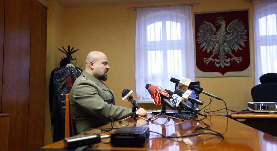 Anklageren Mikolaj Przybyl svæver mellem liv og død, efter han mandag skød sig selv i en pause under dette pressemøde om efterforskningen af Smolensk-ulykken