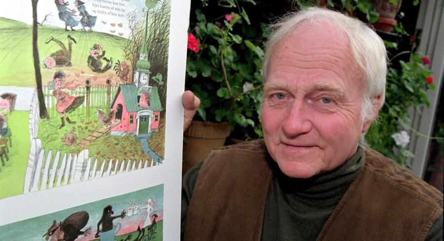Tegneren Ib Spang Olsen er død efter kort tids sygdom. Han blev 90 år gammel. Her ses han i 1997 med to originallitografier fra bogen 'Hokus Pokus - og andre børnerim'