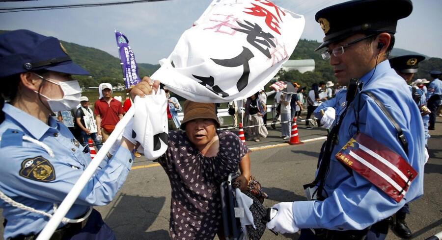 For første gang siden Fukushima-katastrofen i 2011, hvor det japanske atomkraftværk eksploderede, genstartes den første atomreaktor nu.Eksplosionen i 2011 var forårsaget af rystelser fra et jordskælv, og førte af sikkerhedsmæssige årsager til nedlukningen af samtlige japanske atomkraftværker.Japans premiereminister, Shinzo Abe søger at berolige et nervøst folkefærd med, at skrappere sikkerhedsforanstaltninger betyder at kraftværket nu fremstår sikkert. Protestanterne er dog ikke overbevist herom.