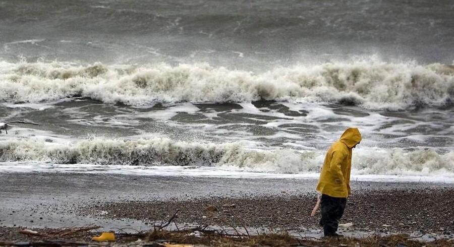 Stormvejr rammer hele landet tirsdag.