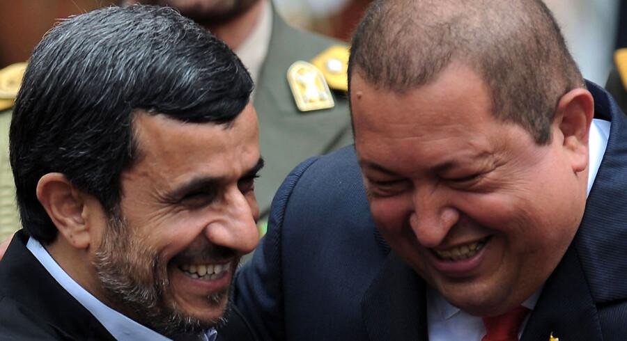 Venezuelas præsident Hugo Chavez (th.) og den iranske præsident Mahmoud Ahmadinejad (tv.) fik bådet grinet, krammet og holdt i hånd under sidstnævntes besøg i Venezuela.