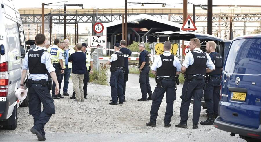 Politiet er massivt til stede på Københavns Hovedbanegård fredag morgen, hvor en DSB-medarbejder blev overfaldet og bundet.