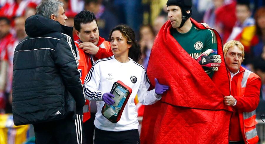 Holdlægen Eva Carneiro (i midten) er blevet degraderet af Chelsea-manager José Mourinho.