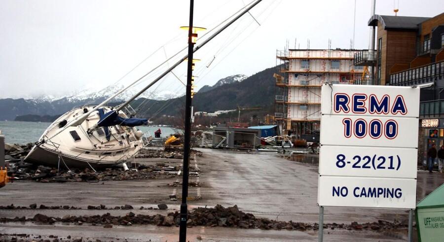 Stormen Dagmar kom forbi den norske by Molde, hvor uvejret flyttede en sejlbåd op på kajen.