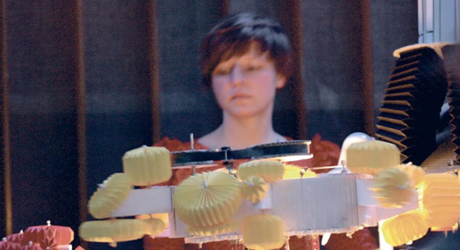 Ea Borres lydskulpturer, der er opbygget i pap og papir og drevet af mekaniske metalkonstruktioner, giver underlægningstone til hele udstillingen. Borre burde have den særlige publikumspris, som består af en soloudstilling hos Gl. Strand.